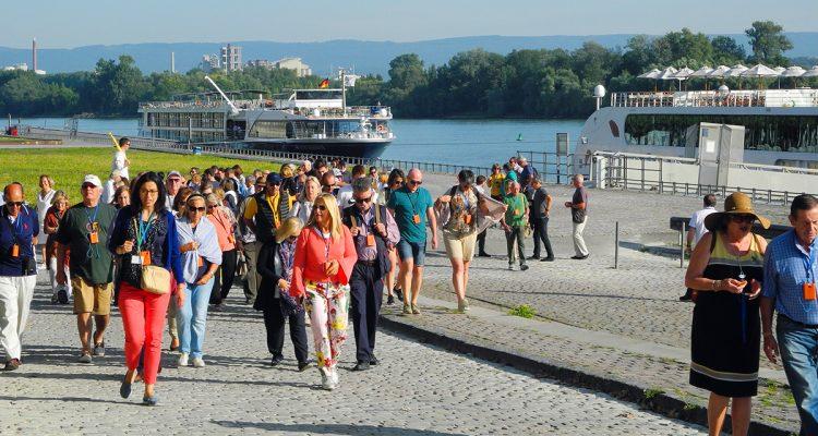 1709 Spitzfindig Flusskreuzer+Touristen
