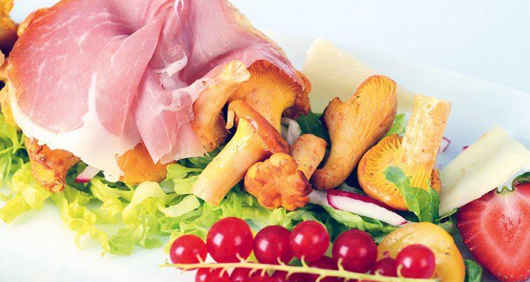 Salat von frischen Pfifferlingen